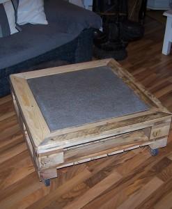 Paletten Couchtisch mit Transportrollen - hell, braun - Wohnzimmertisch aus Paletten, Palettentisch, Steinplatte