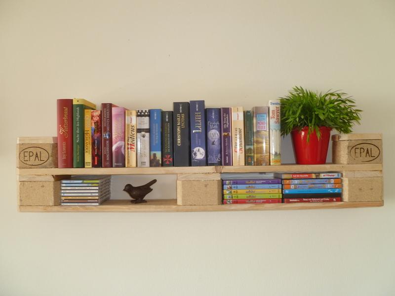 Bücherregal aus Europaletten // natur // Palettenregal für Bücher