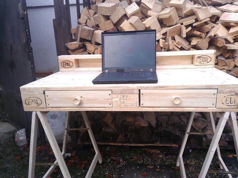 Schreibtisch aus paletten natur braun palettentisch mit for Schreibtisch aus paletten